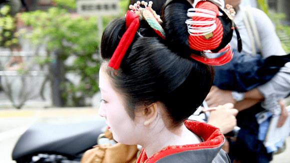The models' hairstyles and accessories