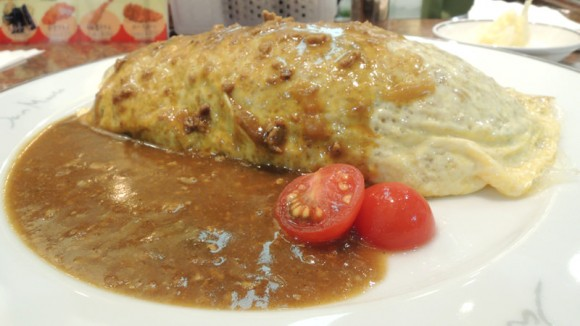 Omu-rice with curry flavored sauce