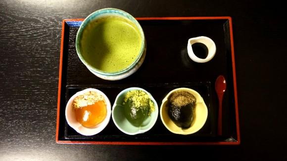 Fresh Warabi mochi with green tea