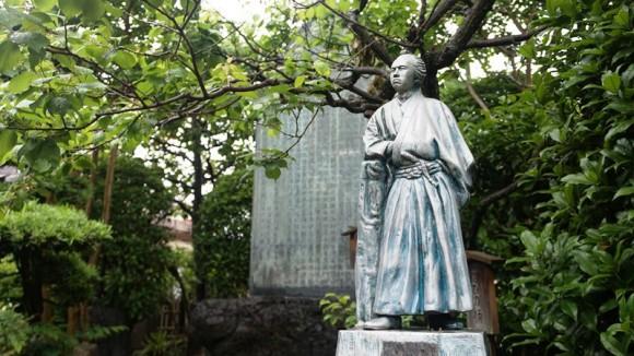 A statue of Sakamoto Ryoma